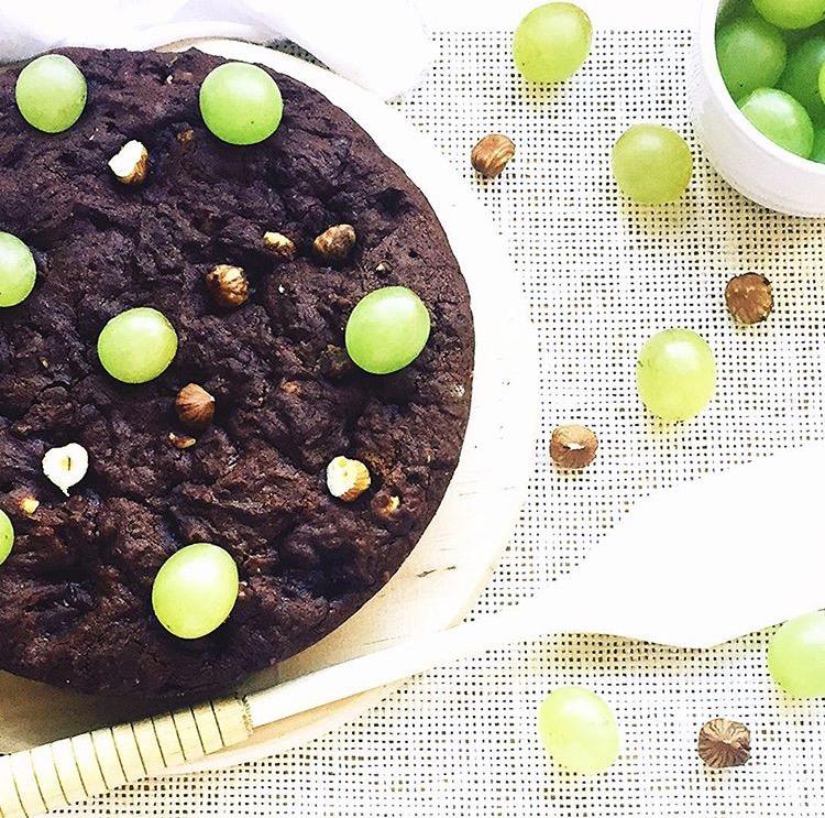 torta al cacao con uva e nocciole