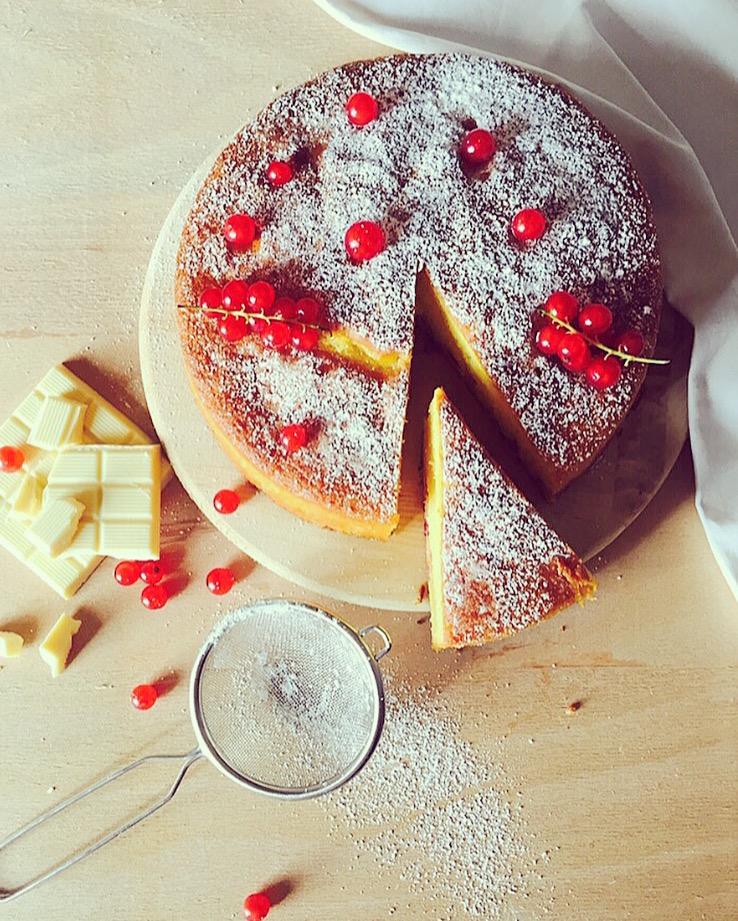 torta soffice al cioccolato bianco e ribes