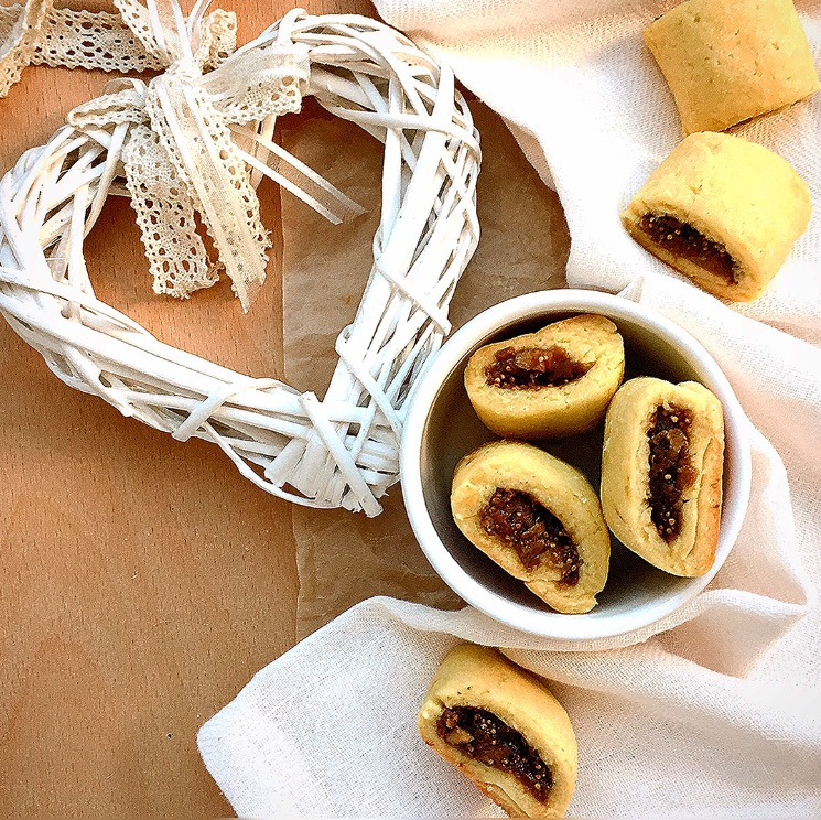 biscotti arrotolati con farina di riso e fichi secchi