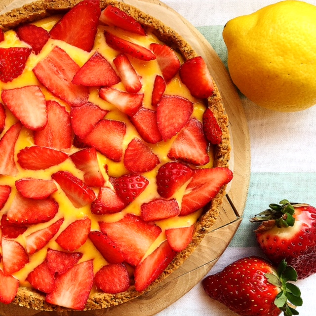 crostata alla nocciola, lemon curd e fragole