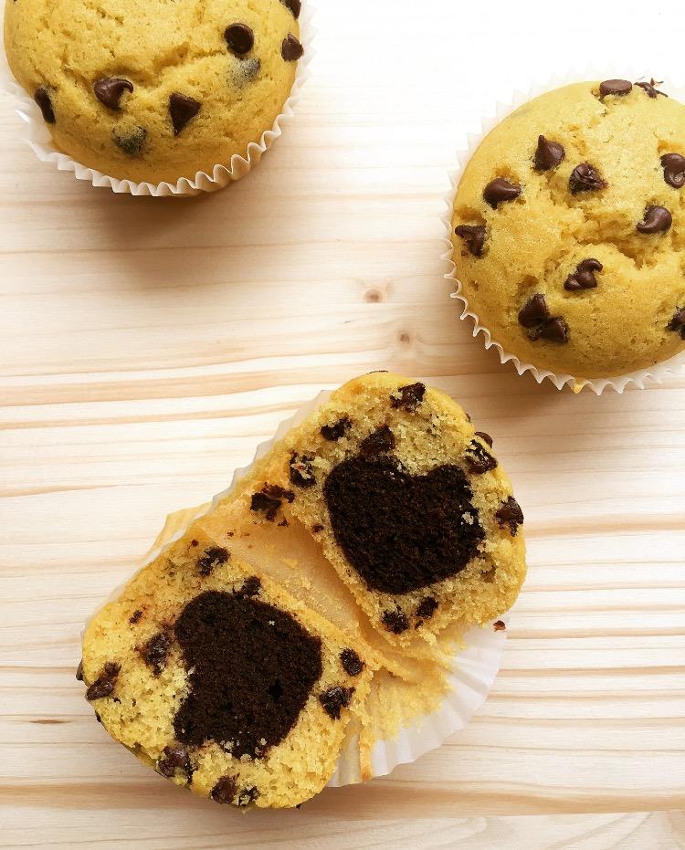 muffin con cuore al cacao e gocce di cioccolato