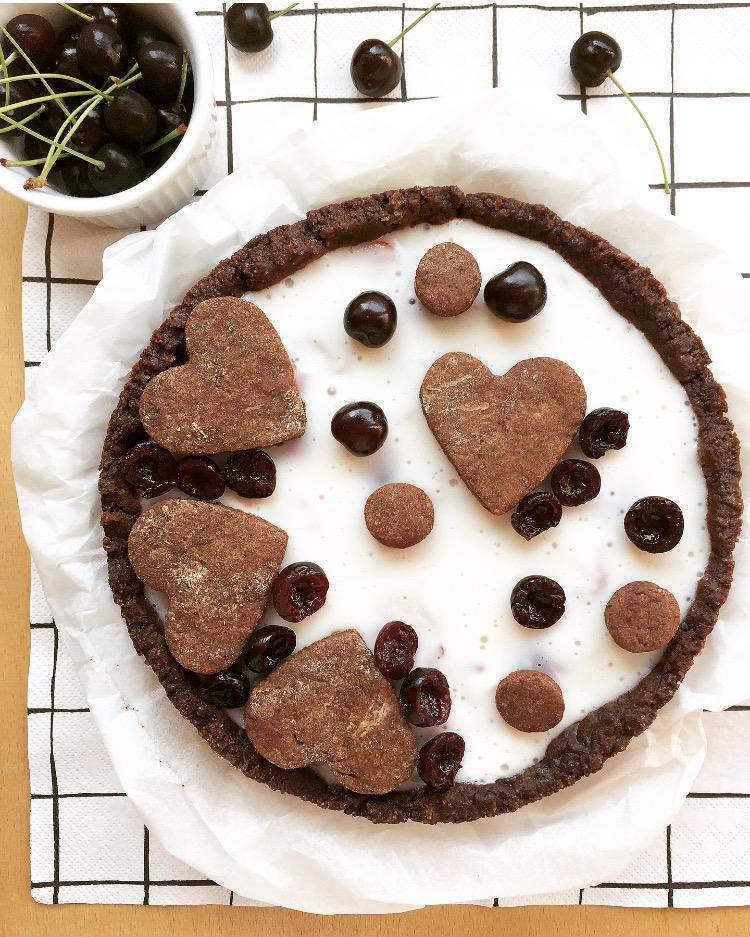 crostata al cacao con yogurt greco e ciliegie