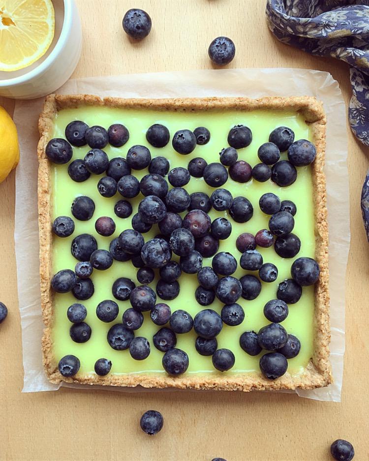 Crostata vegana con crema al limone e mirtilli