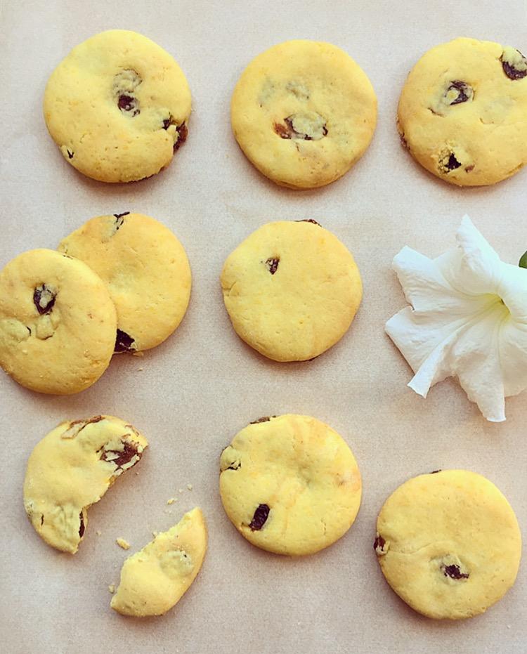 biscotti con farina di riso e uvetta