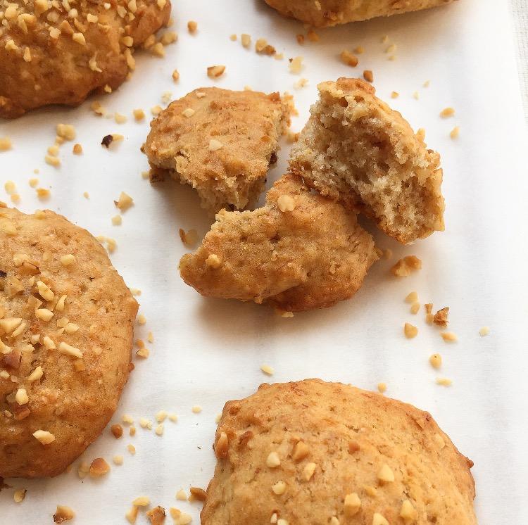 Cookies vegani alla banana e granella di nocciole