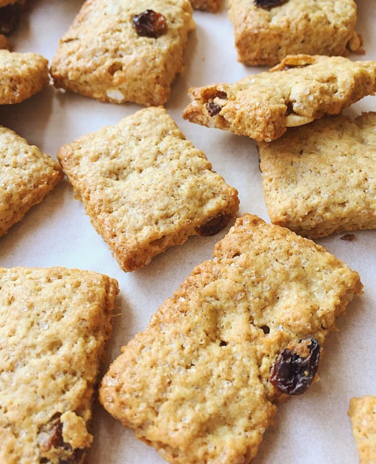 Biscotti integrali con uvetta e riso soffiato
