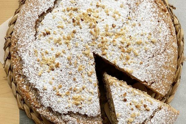 torta doppio strato alla nocciola e fragole