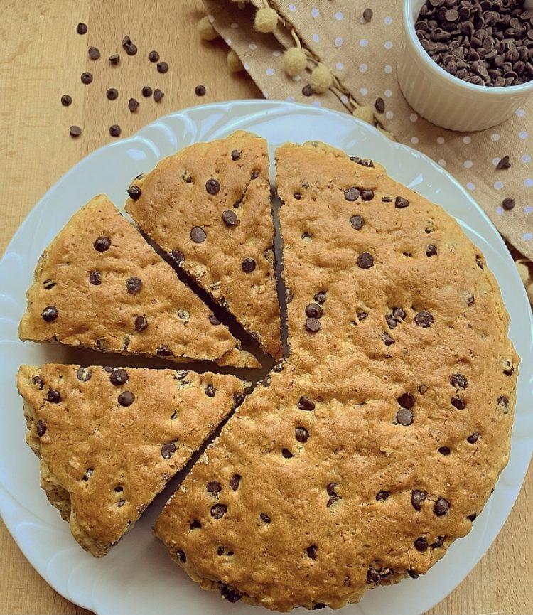 torta biscotto con gocce di cioccolato e nocciole