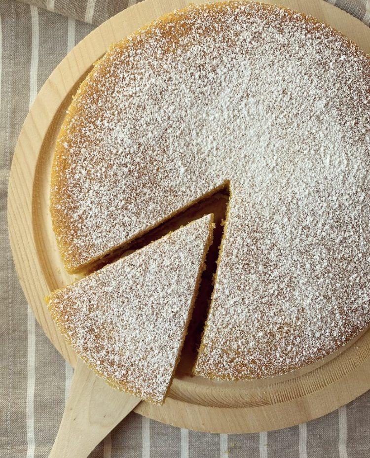 Torta versata alla marmellata di fragole e cacao