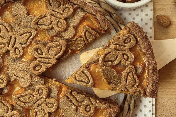 crostata vegana alla crema di mandorle e marmellata
