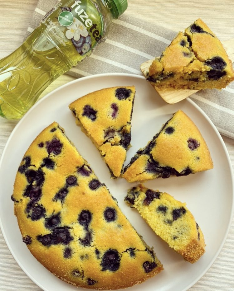 torta soffice con farina di mais e mirtilli