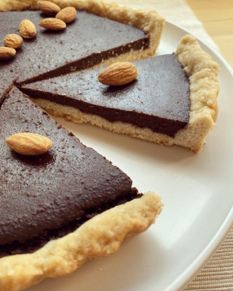 Crostata con crema al caffè cioccolato e mandorle